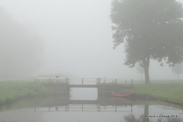 Bruggetje-bootje in mistige sferen.